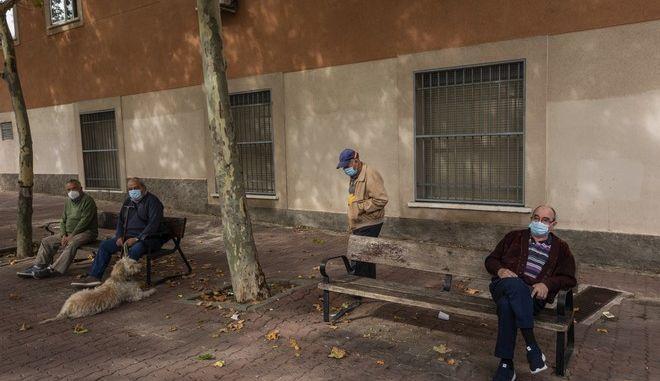 Ηλικιωμένοι με μάσκα σε δρόμο της Ισπανίας