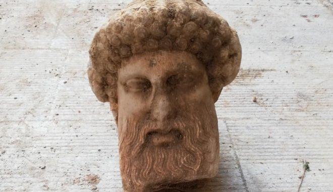 ΥΠΠΟΑ: Τον θεό Ερμή απεικονίζει η αρχαία κεφαλή που βρέθηκε στην Αιόλου