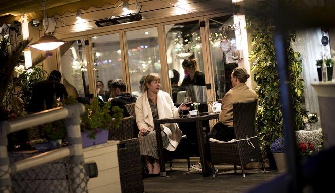 Κόσμος σε εστιατόρια και χωρίς μάσκες.