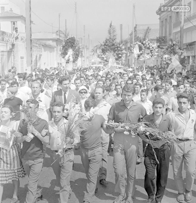 Στιγμιότυπο κατά τη διάρκεια της νεκρώσιμης πομπής, διακρίνεται ανάμεσα στο πλήθος ο Μίκης Θεοδωράκης