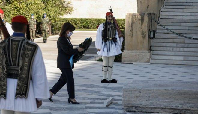 H κ. Σακελλαροπούλου καταθέτει στεφάνι στο Μνημείο του Αγνώστου Στρατιώτη