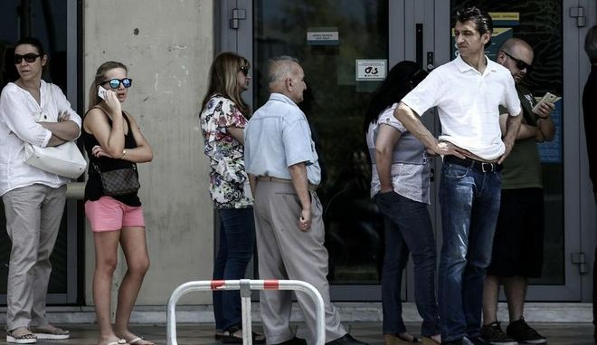 People queue at bank Automatic Teller Machines, after the announcement of a referendum for July 5 by the greek Prime Minister Alexis Tsipras, to decide whether or not Greece is to accept the measures proposed by the European Union (EU), the International Monetary Fund (IMF) and the European Central Bank (ECB), in Athens, on 28 June, 2015 /         ,        5      ,                    (),     ()     ,  ,  28 , 2015
