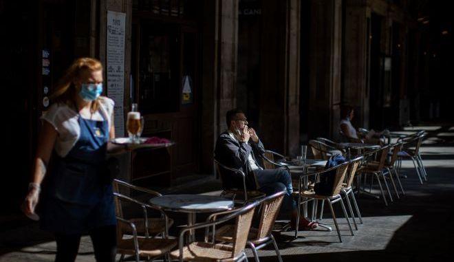 Μία σερβιτόρα κατά τη διάρκεια της πανδημίας στην Ισπανία (φωτογραφία αρχείου)