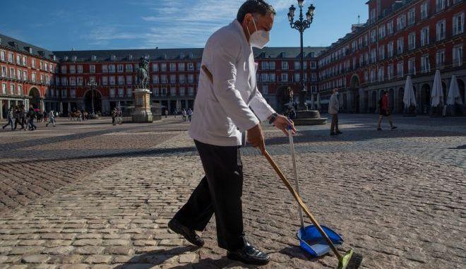 Σερβιτόρος φορώντας μάσκα προσώπου στην Ισπανία