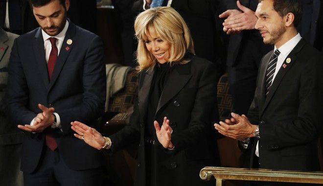 Η Μπριζί Μακρόν συνόδευσε το σύζυγό της στο Κογκρέσο
