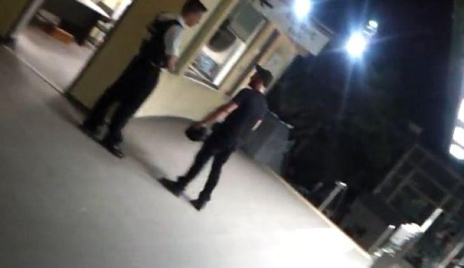 Βίντεο: Άγρια επίθεση κατά μετανάστη στο σταθμό Αττική