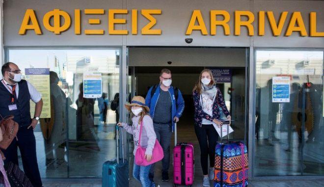 Τουρίστες στο Αεροδρόμιο του Ηρακλείου Κρήτης εν μέσω πανδημίας