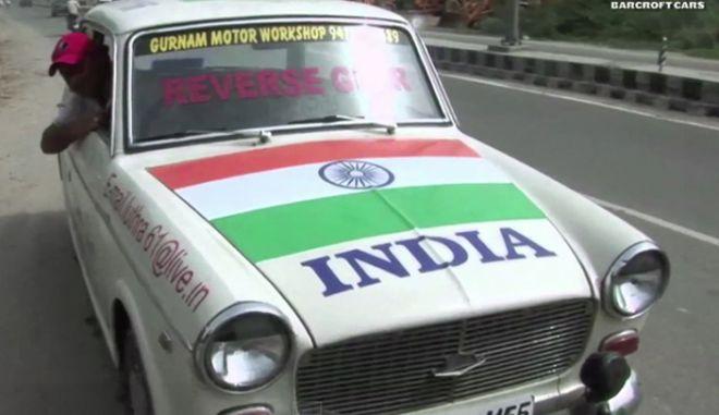 Βίντεο: Οδηγάει μόνο με την όπισθεν το παλιό του Fiat