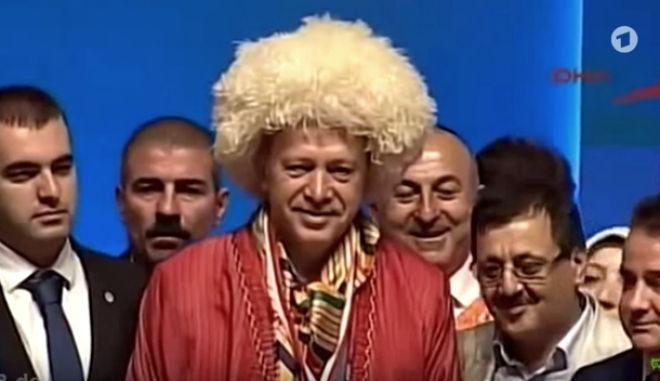 Το τραγούδι που τσάντισε τον Ερντογάν με τουρκικούς υπότιτλους 'για να το καταλαβαίνει'