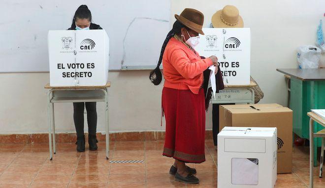Μια γυναίκα ψηφίζει κατά τη διάρκεια των γενικών εκλογών στην Καγκάουα, Εκουαδόρ, 7 Φεβρουαρίου 2021.