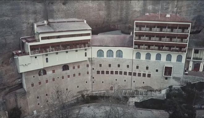 Τα 'Μετέωρα της Αχαΐας': Επιβλητικές εικόνες drone από το Μέγα Σπήλαιο