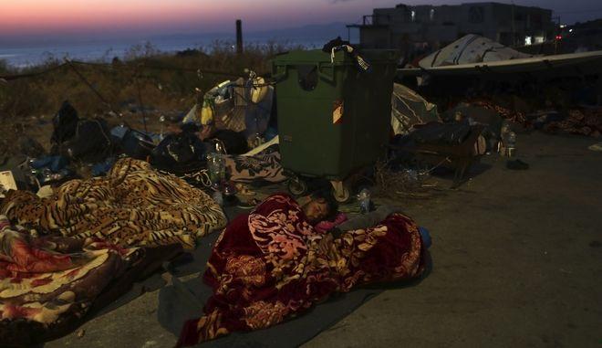 Πρόσφυγες που κοιμούνται σε δρόμο της Λέσβου