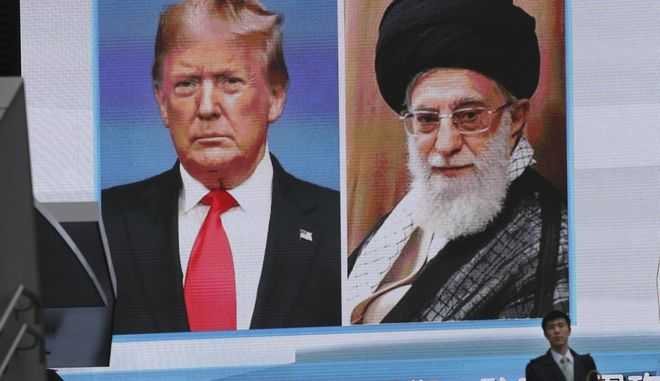 Ντόναλντ Τραμπ και Αγιατολάχ Χαμενεϊ προβάλλοονται σε γιγαντο-οθόνη στο Τόκιο.