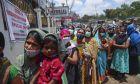 Κόσμος με μάσκες στέκεται σε ουρές στην Ινδία