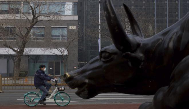Ποδηλάτης στο Πεκίνο εν μέσω κοροναϊού