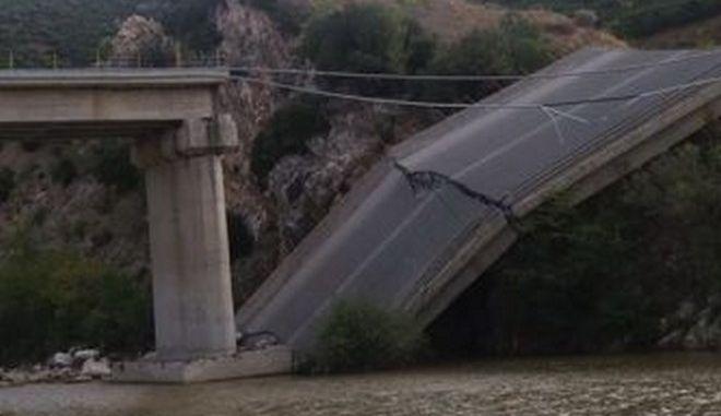 Κατέρρευσε γέφυρα στη Ροδόπη kompsatos4