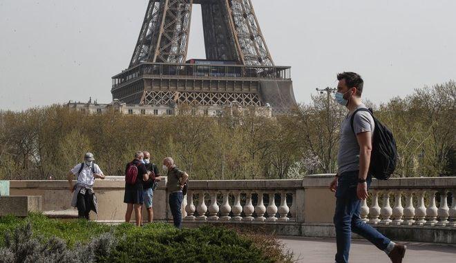 Άνθρωπος με μάσκα περπατάει στην πρωτεύουσα της Γαλλίας