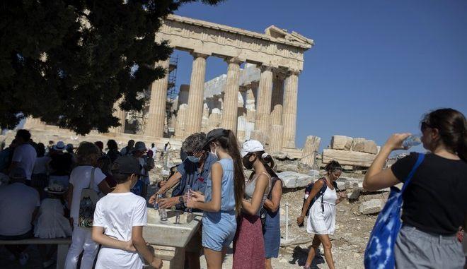 Κόσμος με μάσκα μπροστά από την Ακρόπολη Αθηνών