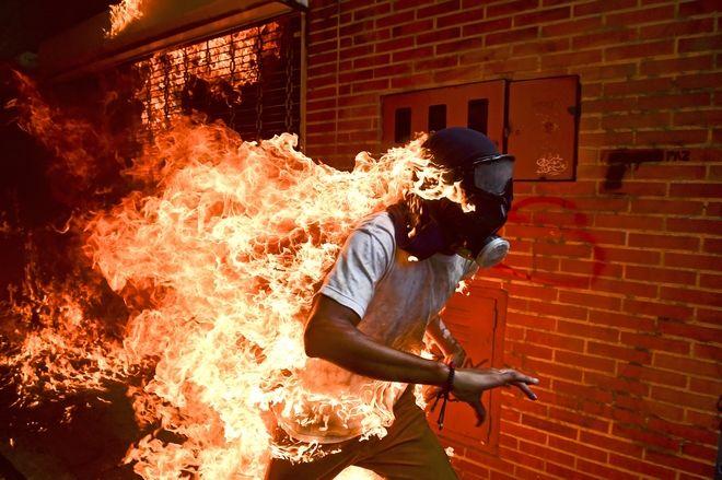 """""""Κρίση στη Βενεζουέλα"""": Η φωτογραφία του Ronaldo Schemidt με τον φλεγόμενο διαδηλωτή José Víctor Salazar Balza που ψηφίστηκε ως η καλύτερη φωτογραφία της χρονιάς"""
