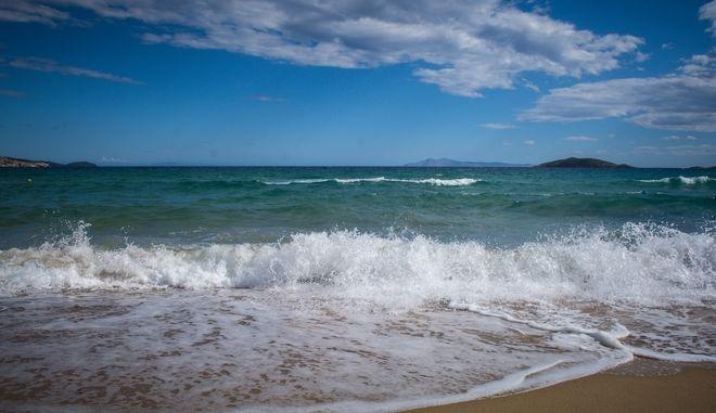 Κύματα στην παραλία Κυπρί στην Άνδρο