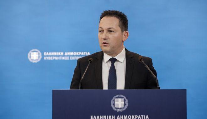 Στιγμιότυπο από ενημέρωση των πολιτικών συντακτών από τον κυβερνητικό εκπρόσωπο Στέλιο Πέτσα