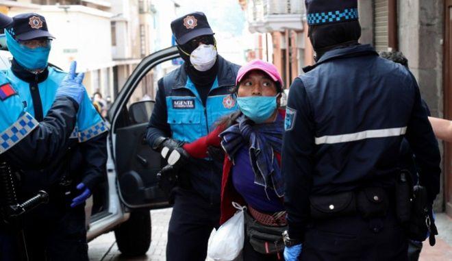 Ισημερινός: Θερίζει ο κορονοϊός - Οι αρχές μαζεύουν πτώματα από τα σπίτια