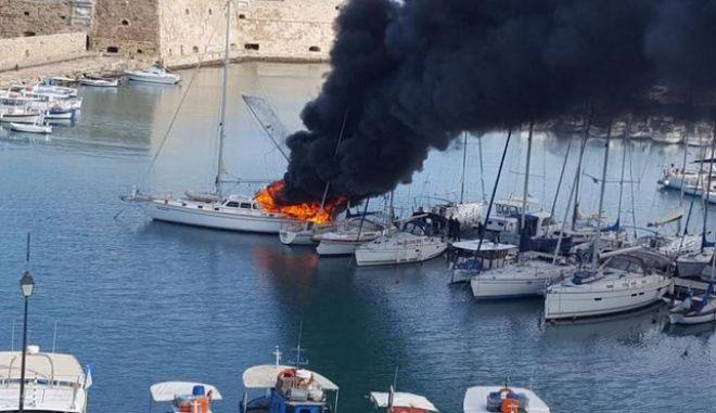 Ηράκλειο: Πυρκαγιά σε σκάφος στο Ενετικό Λιμάνι