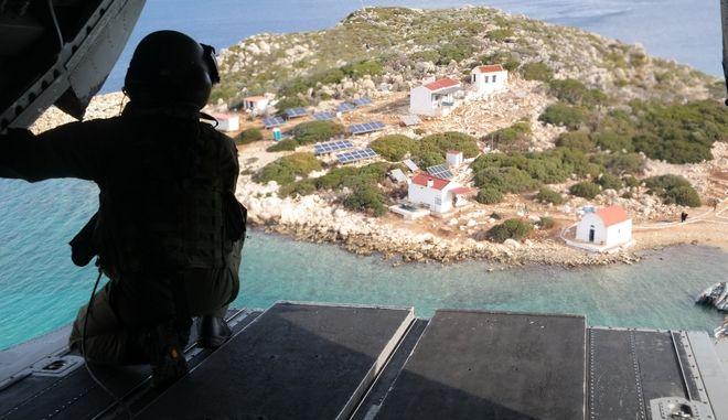 Ελληνικό ελικόπτερο πάνω από τη Νήσο Ρω
