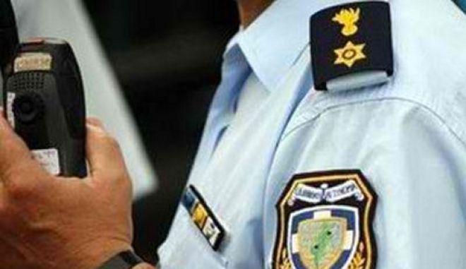 Αστυφύλακας και Σύρος συνεργός του εκβίαζαν αλλοδαπό