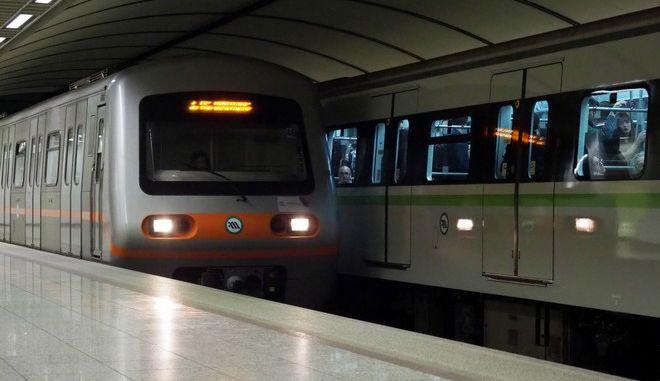 Συρμός του Μετρό στο σταθμό της Ακρόπολης