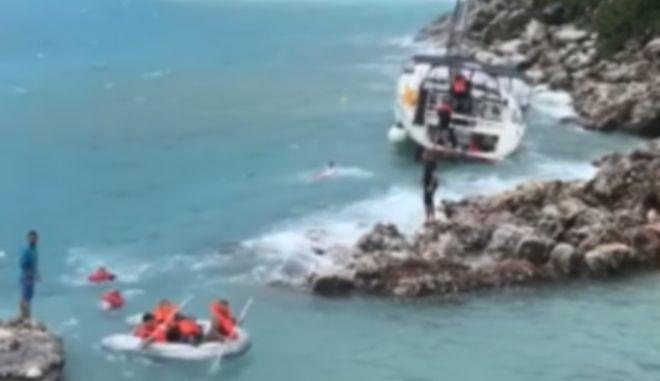 Κυκλώνας Ζορμπάς: Καρέ καρέ η διάσωση επιβατών ιστιοφόρου που παραδόθηκε στα κύματα