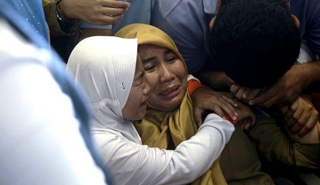 Συγγενείς των επιβαινόντων στο αεροδρόμιο της Τζακάρτα