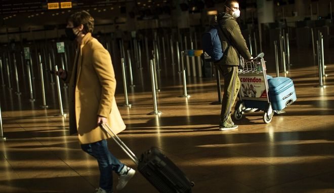 Ταξιδιώτες σε αεροδρόμιο.