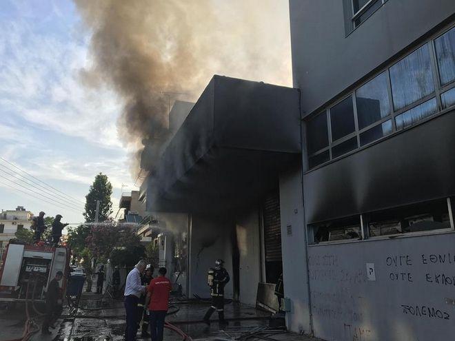 Πυκνοί καπνοί βγαίνουν από το κτίριο όπου ξέσπασε πυρκαγιά το πρωί της Τρίτης