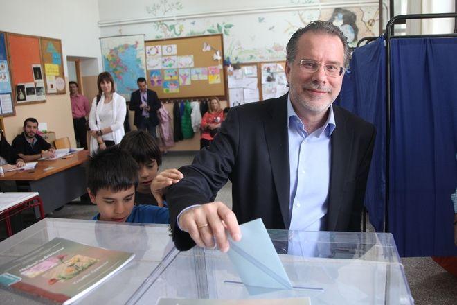 Γλυφαδα στο 1ο Δημοκτικο Σχολειο ψηφισε ο υποψηφιος Περιφερειαρχης Γιωργος Κουμουτσακος. (EUROKINISSI/ ΓΙΑΝΝΗΣ ΠΑΝΑΓΟΠΟΥΛΟΣ)