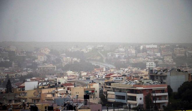 Σκόνη από την Αφρική έχει καλύψει την πόλη του Ηρακλείου στην Κρήτη