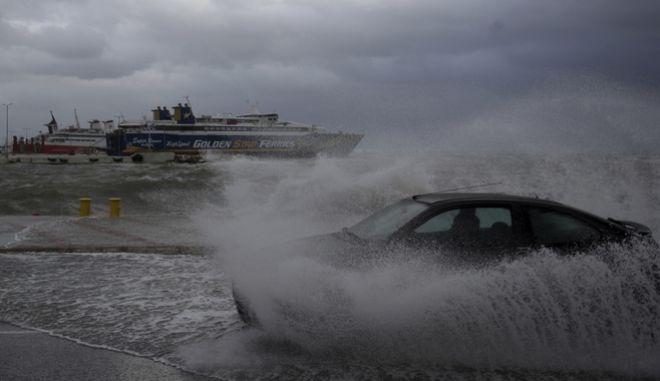 Πλημμυρισμένοι από τα κύματα δρόμοι στο λιμάνι της Ραφήνας