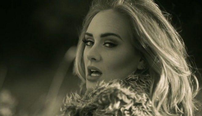 H Adele χάνει τα λόγια της και την πιάνει 'νευρικό' γέλιο επί σκηνής