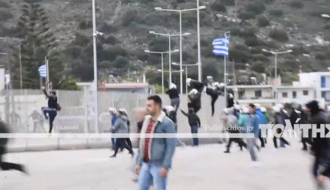Τα ΜΑΤ στο λιμάνι των Μεστών στη Χίο