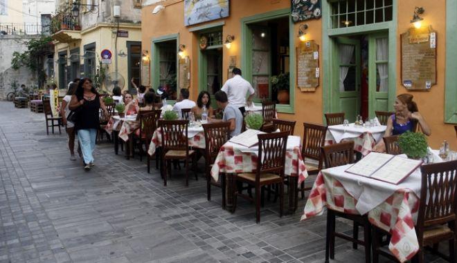 ΕΛΛΑΔΑ-Μείωση του ΦΠΑ στις υπηρεσίες εστίασης από την 1η Αυγούστου.Στη φωτογραφία στιγμιότυπο απο την τουριστική κίνηση σε εστιατόρια και ταβέρνες στο Ναύπλιο 31/7/2013.(EUROKINISSI-ΒΑΣΙΛΗΣ ΠΑΠΑΔΟΠΟΥΛΟΣ)