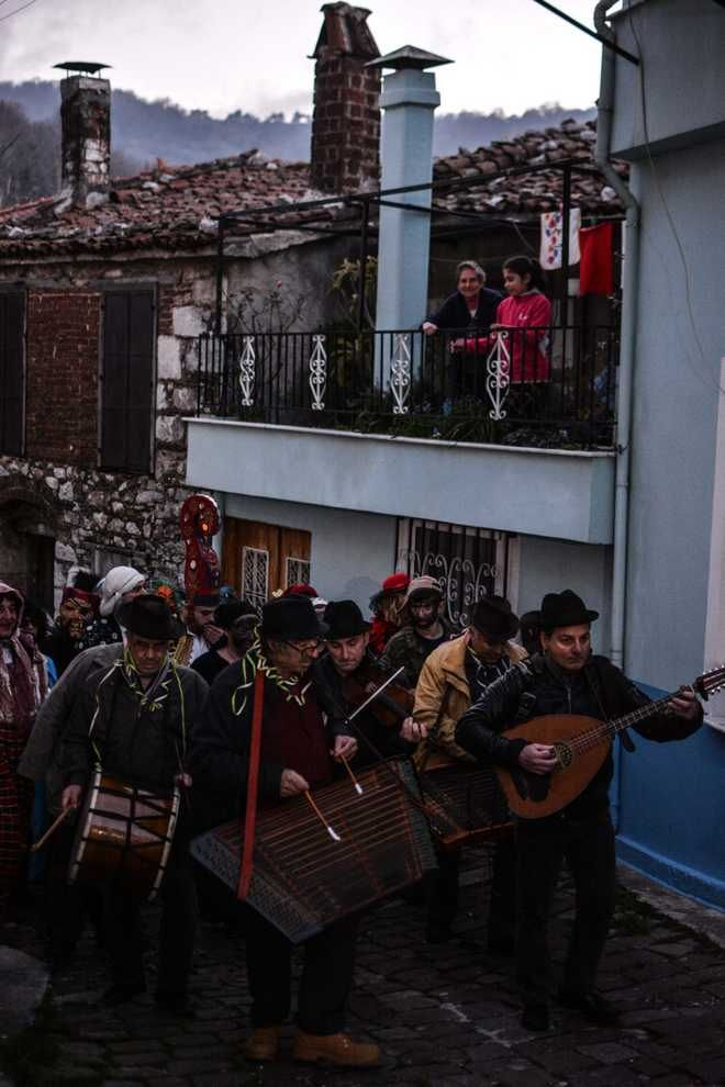 Μυτιλήνη: Αναβίωσε στην ορεινή Αγιάσο το έθιμο της 'περικεφαλαίας'