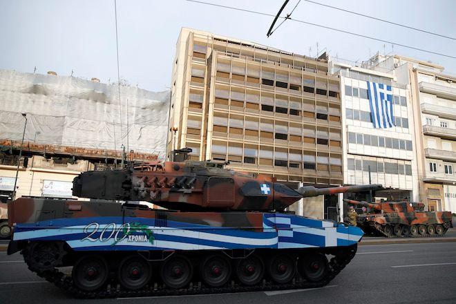 Μέλη του Ελληνικού Στρατού προετοιμάζονται για την παρέλαση στην Αθήνα, 25 Μαρτίου 2021.