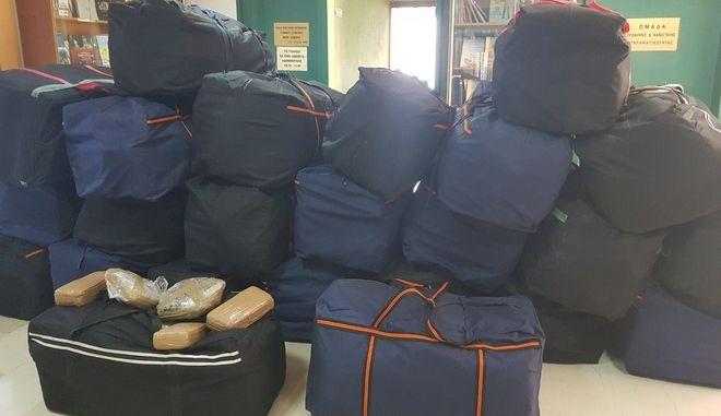 Οι βαλίτσες με το χασίς που βρέθηκαν σε κλεμμένο αυτοκίνητο