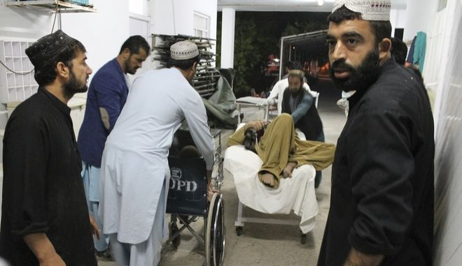 Τραυματίες από βομβιστική επίθεση μεταφέρονται σε νοσοκομείο του Αφγανιστάν