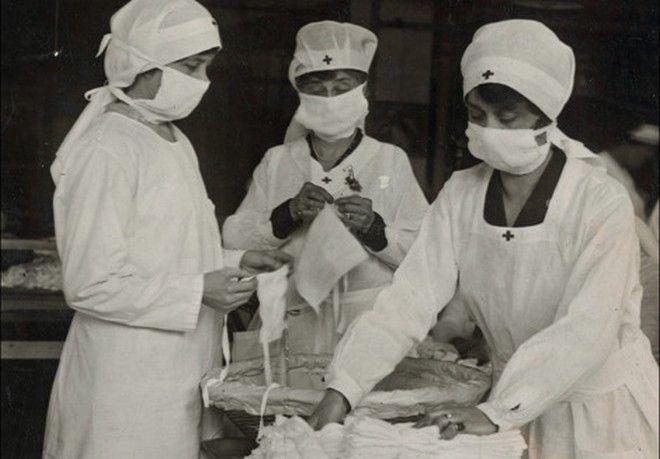 Νοσηλεύτριες του Ερυθρού Σταυρού ετοιμάζουν τις μάσκες για τους γιατρούς και τους ασθενείς, το 1919 στην πανδημία της γρίπης.