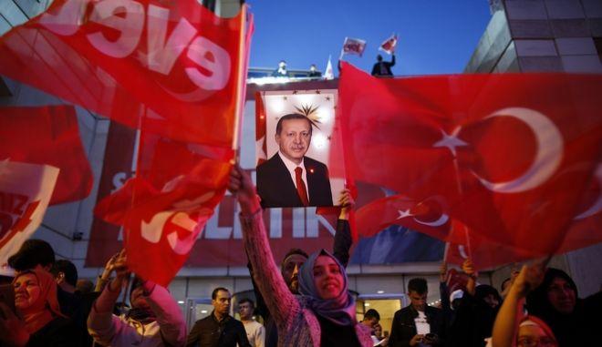 Δημοψήφισμα: Ενωτικός προσπαθεί να φανεί ο Ερντογάν. Νοθεία καταγγέλλει η αντιπολίτευση