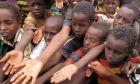 Παιδιά στη Σομαλία απλώνουν το χέρι τους για λίγο φαγητό