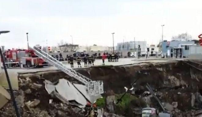 Η τρύπα στο πάρκινγκ νοσοκομείου στη Νάπολη