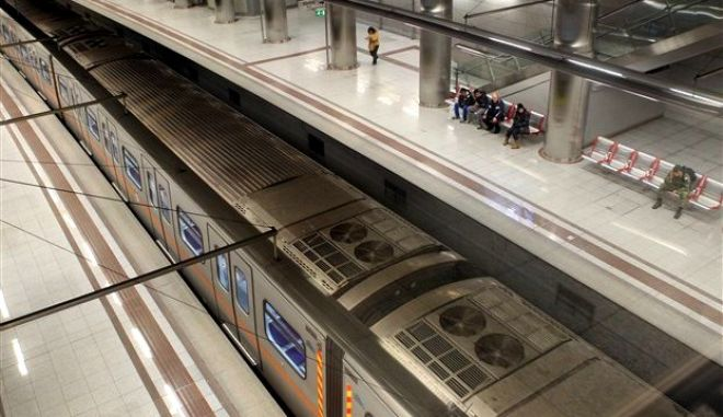 Ηλικιωμένος ζαλίστηκε και έπεσε στις γραμμές του Μετρό