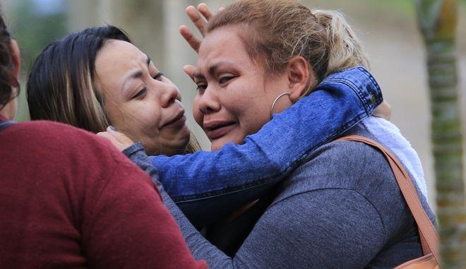 Συγγενείς των θυμάτων έξω από τη φυλακή, όπου 18 άνθρωποι έχασαν τη ζωή τους